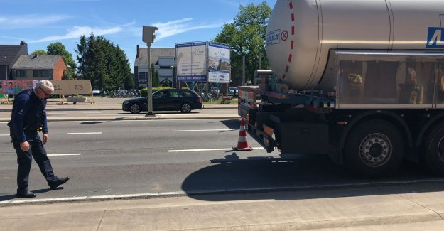 Fietsster (77) to ignore redirection and crashed after collision with truck