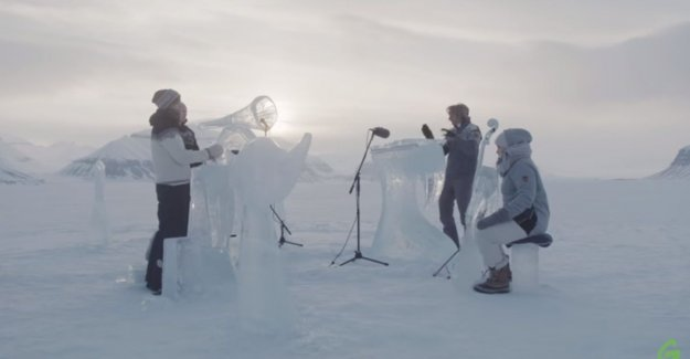 Greenpeace plays ijsconcert at the north Pole