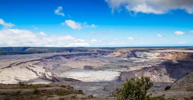 Man climbs over fence and falls into crater volcano Hawaii