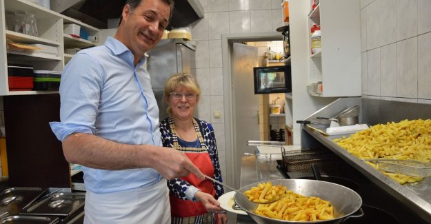 Minister Alexander De Croo helps the fries bake in Denderleeuwse fry