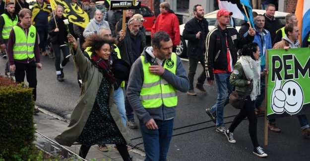 Naomi (25) went alone between NSV-demonstration against the walk with white flour to protest against their right to protest