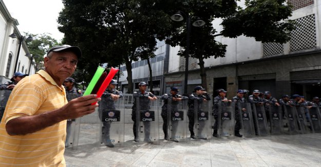 Police blocked members ' access to Parliament in Caracas