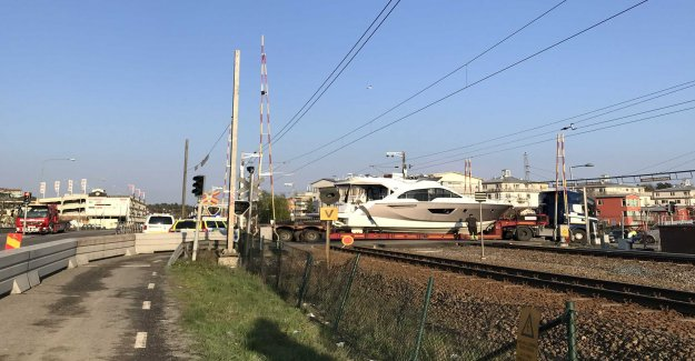 Stop on the Train – the boat got stuck on the tracks