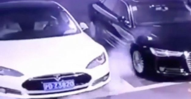 Tesla sends automatic update after spontaneous ignition of the parked car