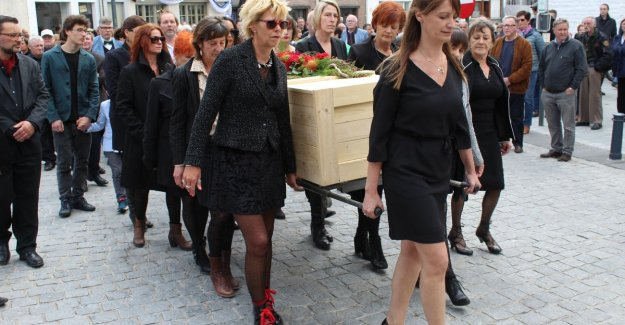 The funeral, as he himself wanted to be: Pim De Rudder by 8 women to the last resting place worn