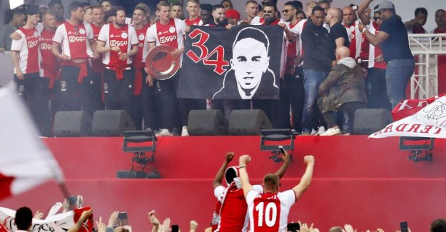 VIDEO. Ajax is by masses of people honored on the Museumplein, is the 34th title in particular, one for Api