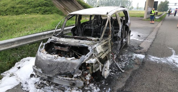 VIDEO. Car goes completely up in flames, passers-by to film but not help
