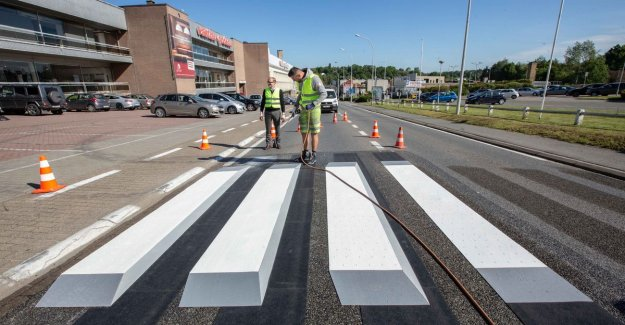 VIDEO. First 3D zebra crossing on Flemish regional road laid out in Beersel
