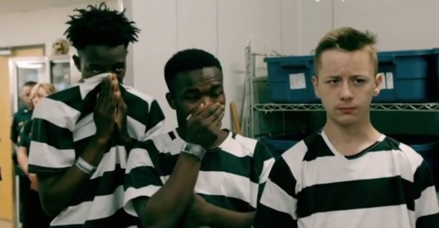 VIDEO. Probleemtieners cover of disgust, nose to visit to mortuary American prison