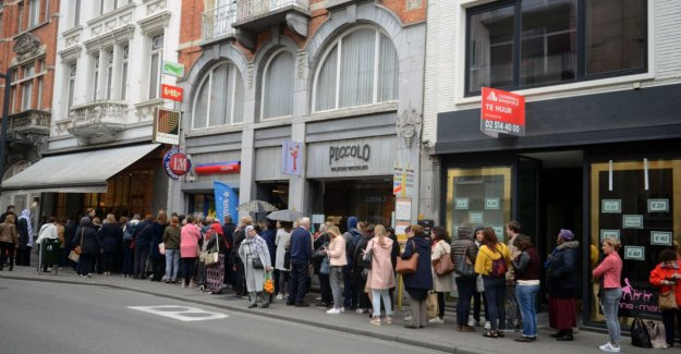 VIDEO. Three hours of queuing for exclusive handbags during sale