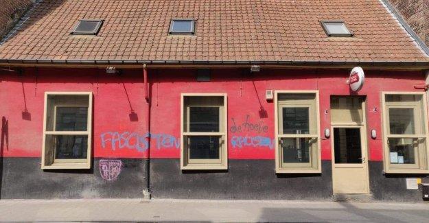Vandals daub café where Van Langenhove and Van Grieken speechten, leader herschildert facade itself