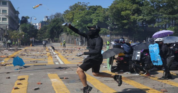 A cop was shot in the leg with an arrow – a Yle reporter in Hong kong: the University let's go to the city to fight