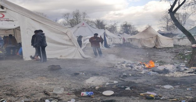 Diseases spread, the tent is heated with a campfire and point people freeze to death in Bosnia camp conditions are chilling you, tell Finnish aid workers