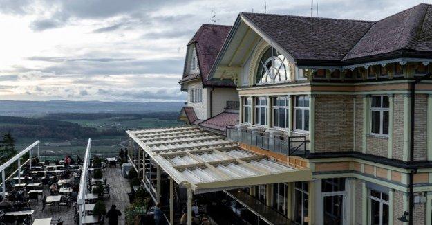 Giusep Fry checks for the sale of the Uetliberg Hotels
