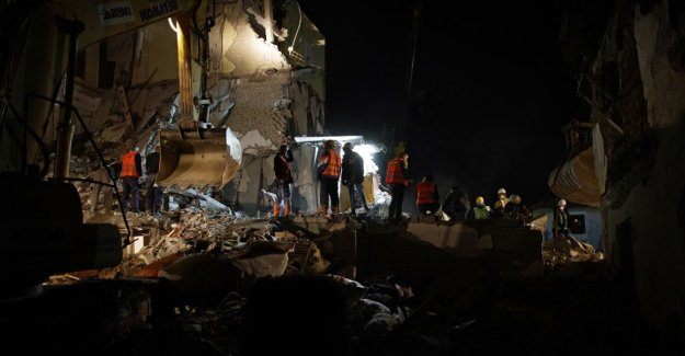 In albania find people in collapsed buildings in the rubble – a Devastating earthquake claimed at least 21 victims