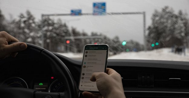 Phone to get next summer from fiddling with the wheel, when the car stood at the traffic lights – road safety oppose the law change