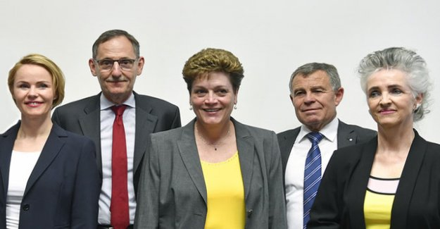 Zurich cantonal councillors with Noser advertisement for Trouble