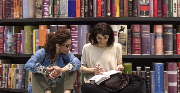 De Filippi writes to Stefano Massini: Come and 'Friends' to say to young people that books save them at all