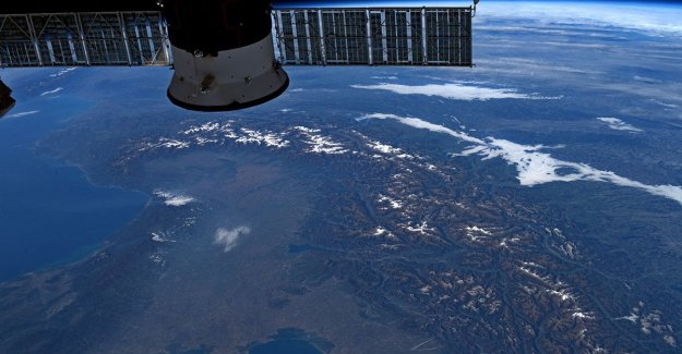 Luca Parmitano greets the winter photographing the snow of the Alps from the international space Station
