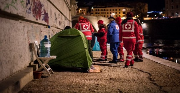 The cold, the work of the volontati of the Red Cross for the homeless-home