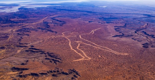 Australia, the mystery of the giant man that is seen from space. Who has designed?