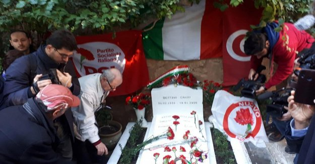 Hammamet, twenty years after the death of Craxi: hundreds in pilgrimage to the tomb
