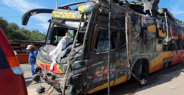 Peru bus crashes into 8 minibuses on the highway: 16 dead, dozens injured