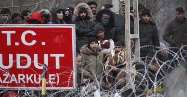 Clashes on the border Turkey-Greece, refugees from syria repelled with tear gas