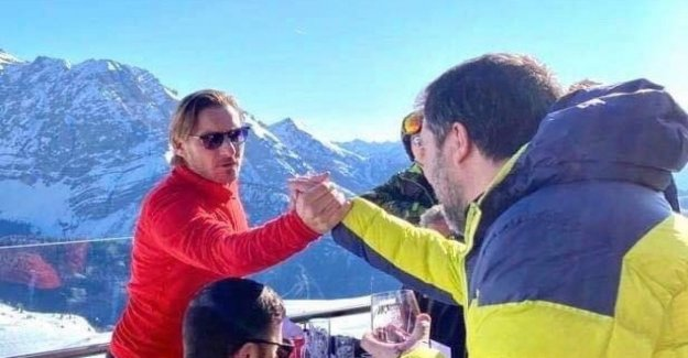 Salvini e-mail a photo shaking hands with Totti. And social dance