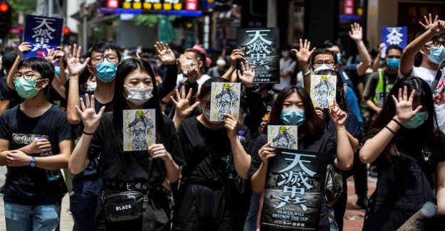 Hong kong: thousands of protesters defy Beijing