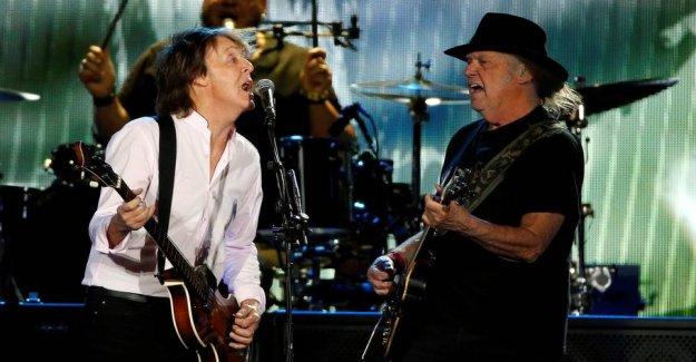 Bob Dylan tops uk album charts