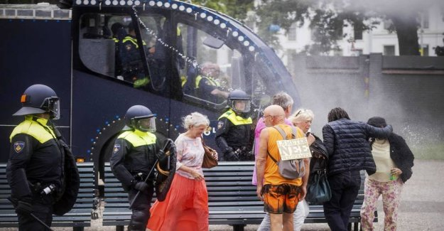 Disturbances in the metropolis: Police using water cannons