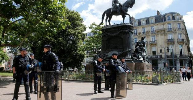 Lille: the gathering for the removal of a statue as a symbol of colonialism