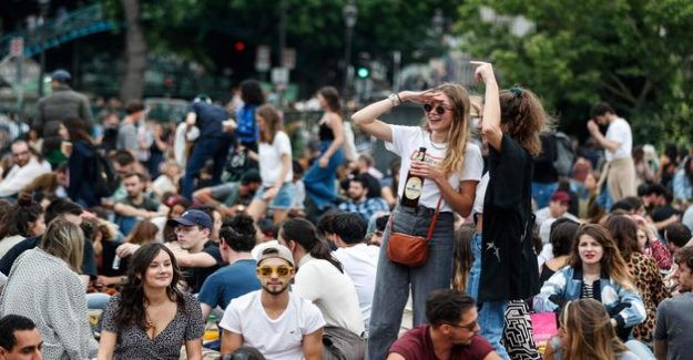 Music festival : thousands of people gathered in Paris without social distancing