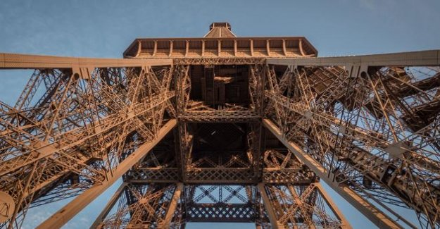 The Eiffel Tower is déconfine sportingly