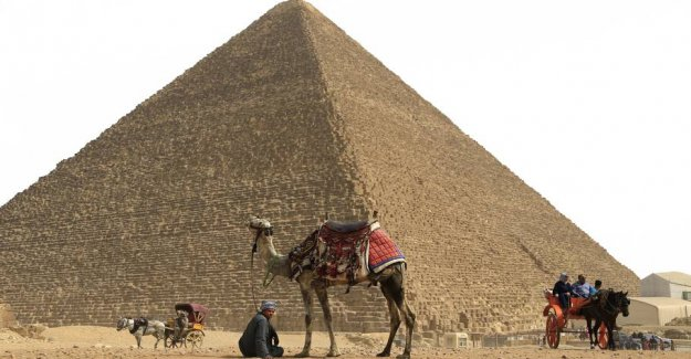 Critical situation: Tourists allowed by the pyramids