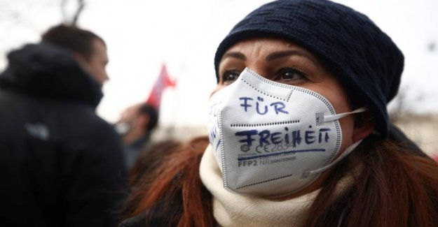 Thousands in Vienna defying a ban and demonstrating against coronatiltag