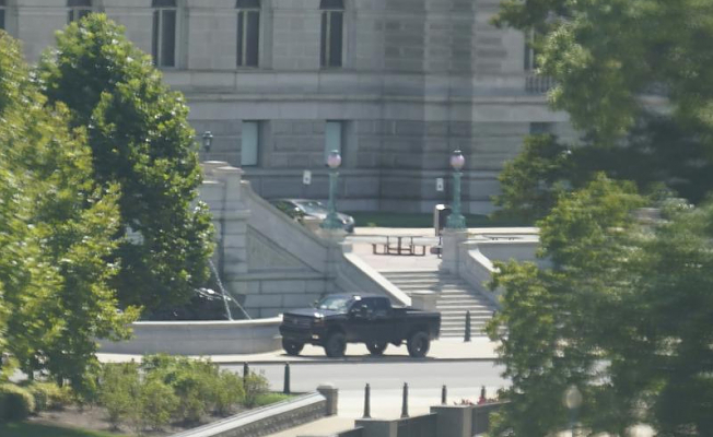 Standingoff claims that he has a bomb and is in a pickup near Capitol