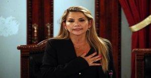 Senator explains to the interim President of Bolivia