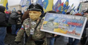 Ukrainians are demanding the street their president to stand firm against Putin,