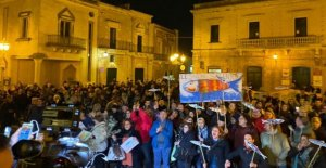 Salvini in Salento for the regional. The Sardines in the square to fight back: We are armed with twigs of an olive tree