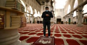 Believers with face masks return to the al-Aqsa mosque