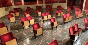 A berlin theatre removes 70% of its seats in order to re-open