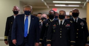 Trump shows up for the first time with a face mask