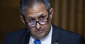 Officials contemplate removing US prisons director