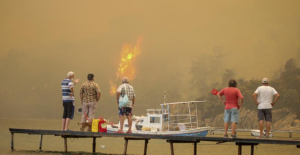 Wildfires threaten Turkish beaches resorts, forcing tourists to flee