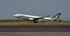 London, passenger unruly: the plane, the Alitalia Rome-New York landing at Heathrow